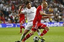 Xabi Alonso z Realu Madrid (vlevo) se snaží zastavit akci Arjena Robbena z Bayernu Mnichov.