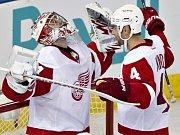 Brankář Detroitu Petr Mrázek (vlevo) se raduje z první vychytané nuly v NHL, blahopřeje mu krajan Jakub Kindl.