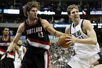 Dirk Nowitzki z Dallasu (vpravo) se snaží prosadit proti Portlandu.