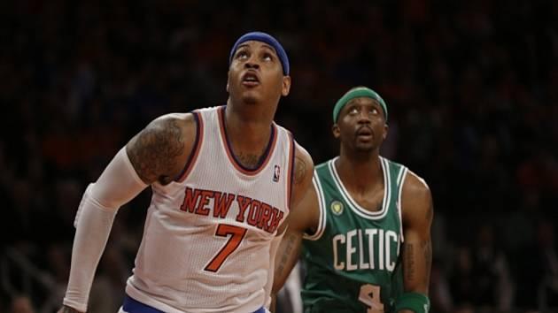 Carmelo Anthony z NY Knicks (vlevo) proti Bostonu.