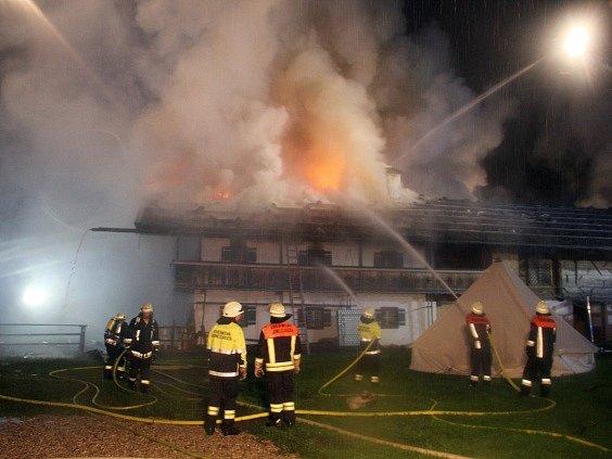 Noční požár penzionu ve vesnici Schneizlreuth na jihovýchodě Německa.