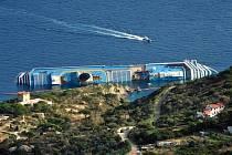 U břehů italského ostrova Giglio bylo dnes obnoveno pátrání po dvou desítkách lidí, kteří jsou stále pohřešováni po pátečním ztroskotání obří italské lodi Costa Concordia.