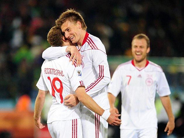 Dennis Rommedahl (vlevo) se svým spoluhráčem Nicklasem Bendtnerem gól proti Kamerunu.