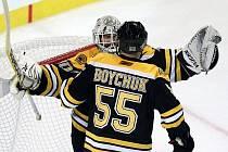 Brankář Bostonu Tim Thomas se raduje společně se spoluhráčem Johnny Boychukem z vychytané nuly. Boston srovnal sérii finále Stanley cupu na 2:2.