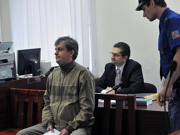 Obžalovaný Petr Ježek (vlevo) má jít podle rozhodnutí Městského soudu v Praze na 11,5 roku do vězení. Podle žaloby Ježek loni v dubnu ve svém bytě v Praze 10 napadl spolubydlícího, zkopal ho a zbil nunčaky. Napadený na mnohočetné poranění zemřel.