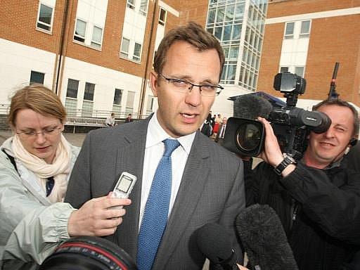 Policie v pátek zadržela a vyslýchala kvůli aféře kolem odposlechů Andyho Coulsona, nedávného mluvčího britského premiéra Davida Camerona.
