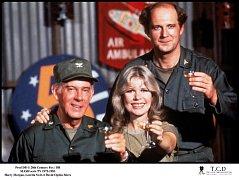 David Ogden Stiers (vpravo) v seriálu M.A.S.H