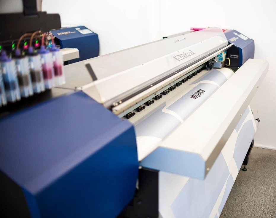 Společnost Euromoda zaměstnává pracovníky na nejrůznějších pozicích – ať již jde o švadleny, střihačky, manipulanty a také grafiky a tiskaře. Jejich pracoviště je v průmyslové zóně Sochorova ve Vyškově v sousedství velkých firem.