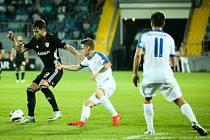 Liberec (v bílém) v úvodním utkání ztratil proti Karabacju vítězství až v nastaveném čase