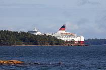 Lodní trajekt Amorella s téměř třemi stovkami lidí na palubě 20. září 2020 najel v Baltském moři na mělčinu a uvízl. Záchranáři se rozhodli evakuovat cestující i posádku.