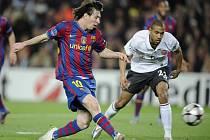 Lionel Messi z Barcelony (vlevo) skóruje v zápase Ligy mistrů proti Arsenalu.