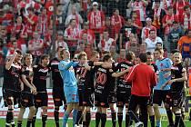 Fotbalisté Slavie oslavují spolu se svými fanoušky obhajobu ligového titulu po vítězství 3:1 na Žižkově.