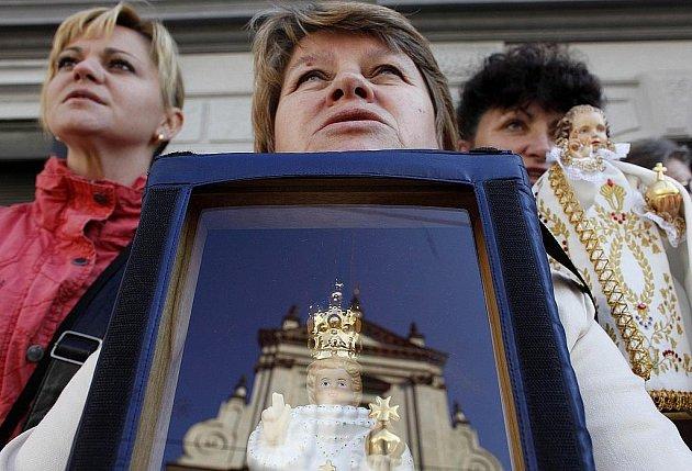 Věřící čekají na příjezd papeže Benedikta XVI.