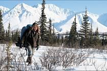 Chris se vydává vstříc divočině na Aljašce, kde o čtyři měsíce později zemřel.
