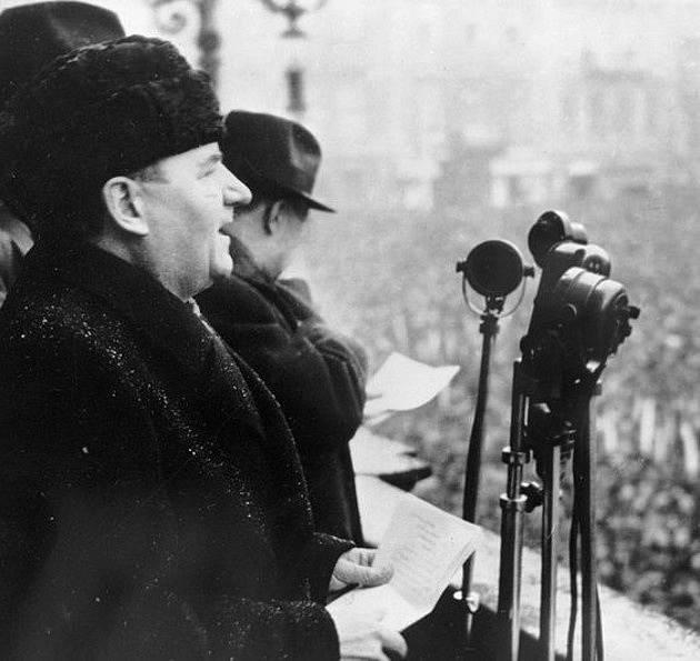 Klement Gottwald při proslovu v únoru 1948