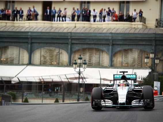 Lewis Hamilton během kvalifikace na Velkou cenu Monaka