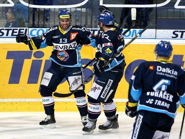 Vladimír Svačina z Vítkovic (vlevo) se raduje se spoluhráči z gólu proti Karlovým Varům.