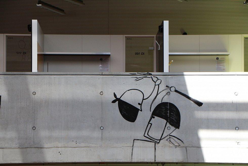 Interiéry Národní technické knihovny zdobí kresby rumunského umělceDana Perjovschiho