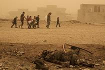 Do severoiráckého Mosulu, kde probíhá od 17. října ofenziva proti ozbrojencům z takzvaného Islámského státu, se již téměř týden nedostaly zásoby jídla a paliva.
