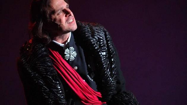 Autor muzikálu Hamlet The Rock Opera Janek Ledecký alternuje i roli Claudia.