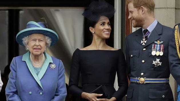 Zleva britská královna Alžběta II., vévodkyně Meghan a princ Harry