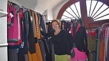Jana Heroutová z Kunžaku už deset let vyrábí pod značkou Jane Art oblečení.