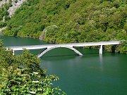Lávka pro pěší přes jezero Lago di Vagli