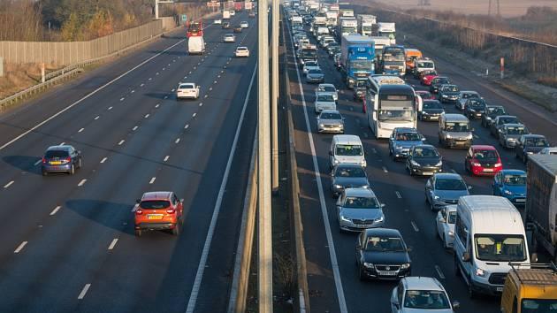 Dálnice M1 patří k páteřním komunikacím Velké Británie.