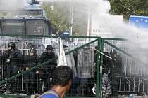 Maďarská policie zasahuje proti migrantům.