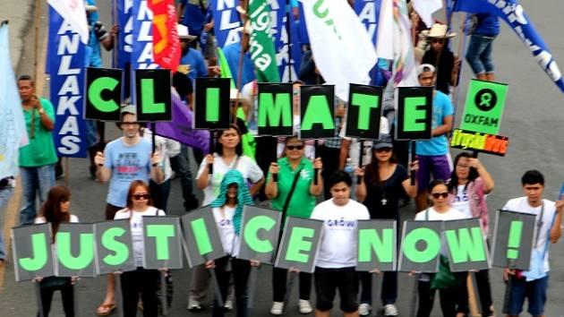 Tisíce lidí dnes na různých místech světa demonstrovaly na podporu dohody, o které budou jednat účastníci nadcházející mezinárodní konference v Paříži s cílem omezit emise skleníkových plynů a zastavit globální oteplování.
