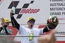 Ital Lorenzo Dalla Porta slaví zisk titulu mistra světa v závodech silničních motocyklů třídy Moto3.