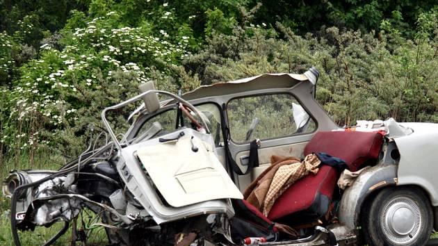 Z trabantu zbyla hromada šrotu, dva lidé v troskách zahynuli