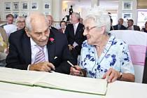 Jsou už dávno prarodiči, ale 103letý George Kirby a 91letá Doreen Luckieová se kvůli svému věku nevzdali své touhy mít svatbu.