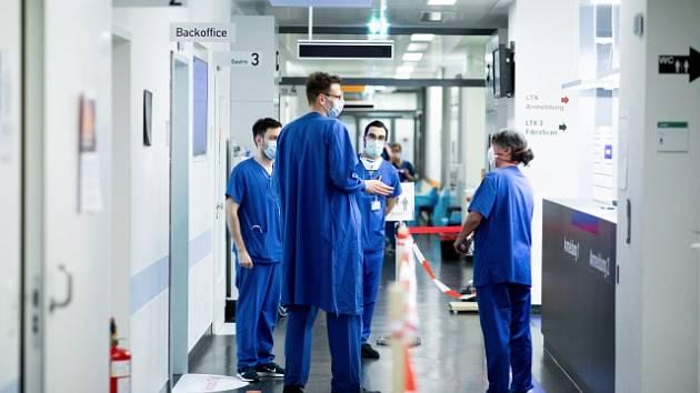 Lékaři v nemocnici v německém Essenu.