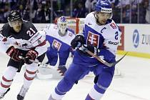 Slovák Andrej Sekera a Kanaďan Mathieu Joseph v zápase hokejového mistrovství světa