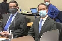 Bývalý minneapoliský policista Derek Chauvin (vpravo) a jeho obhájce Eric Nelson v soudní místnosti při vynesení verdiktu v případu smrti Afroameričana George Floyda