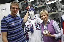 Veslař Ondřej Synek a návrhářka firmy Alpine Pro Lucie Kuříková u olympijské kolekce.
