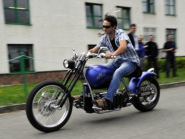 Studentů a odborníci ze Západočeské univerzity v Plzni vyvinuli elektromotocykl.
