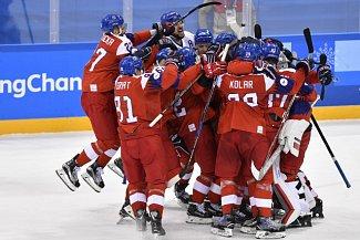 Čeští hokejisté se radují z postupu do semifinále olympijských her v Pchjongčchangu.
