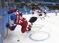 Jan Kolář (vlevo) a Cody Goloubef z Kanady v bitvě o bronz na olympijských hrách v Pchjongčchangu.