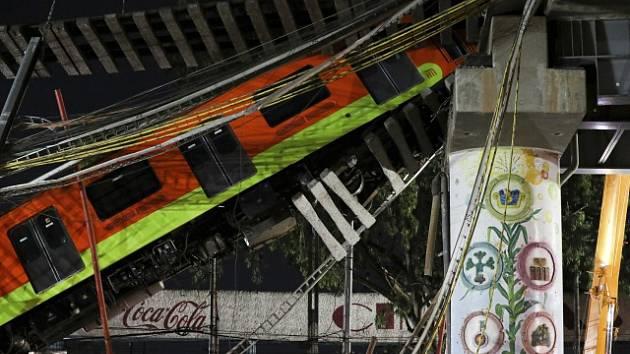 Nadjezd povolil a sesunul se právě pod projíždějícím vlakem metra, které se zřítily s ním. Záchranu komplikovaly stále visící vozy
