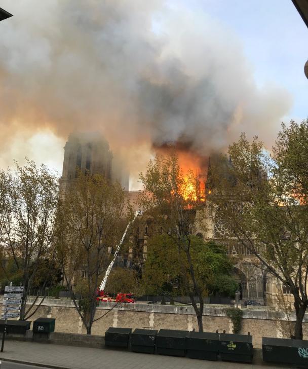 Pařížskou katedrálu Notre-Dame zachvátil požár.