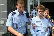 Policisté odvádí muže, který je podezřelý z vraždy na Severní Terase.