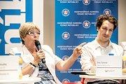 První z debat Hospodářské komory kandidátů v nadcházejících volbách proběhla 6. září v Praze. Na snímku Eva Tylová a Matěj Michalík Žaloudek.
