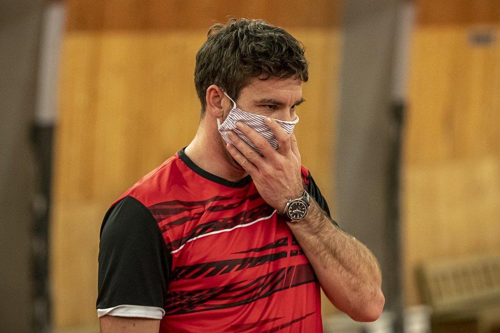 Petr Koukal při tréninku v roušce 1. prosince v Praze.