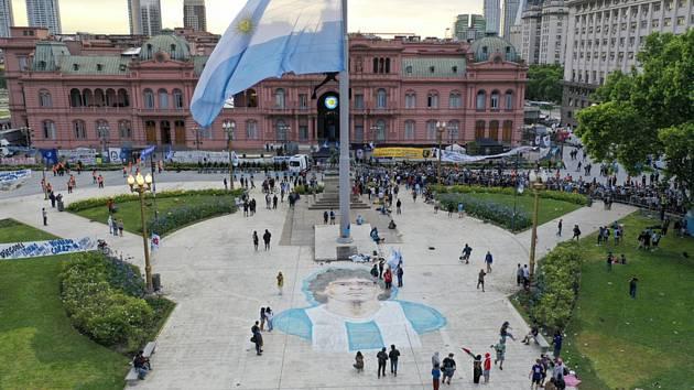 Fanoušci zesnulého fotbalisty Diega Maradony shromáždění před prezidentským palácem v Buenos Aires, 26. listopadu 2020