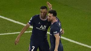 Radující se fotbalisté Paris St. Germain Kylian Mbappé (vlevo) a Lionel Messi.