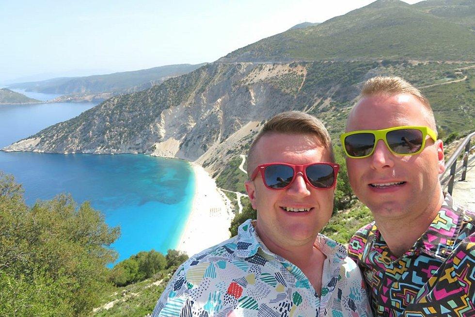 Registrovaný manželský pár Robert Zauer (40 let) a Tomáš Kavalec (38 let) z Teplic, selfíčka z cestování po světě. Na skalním útesu ostrova Ithaka.
