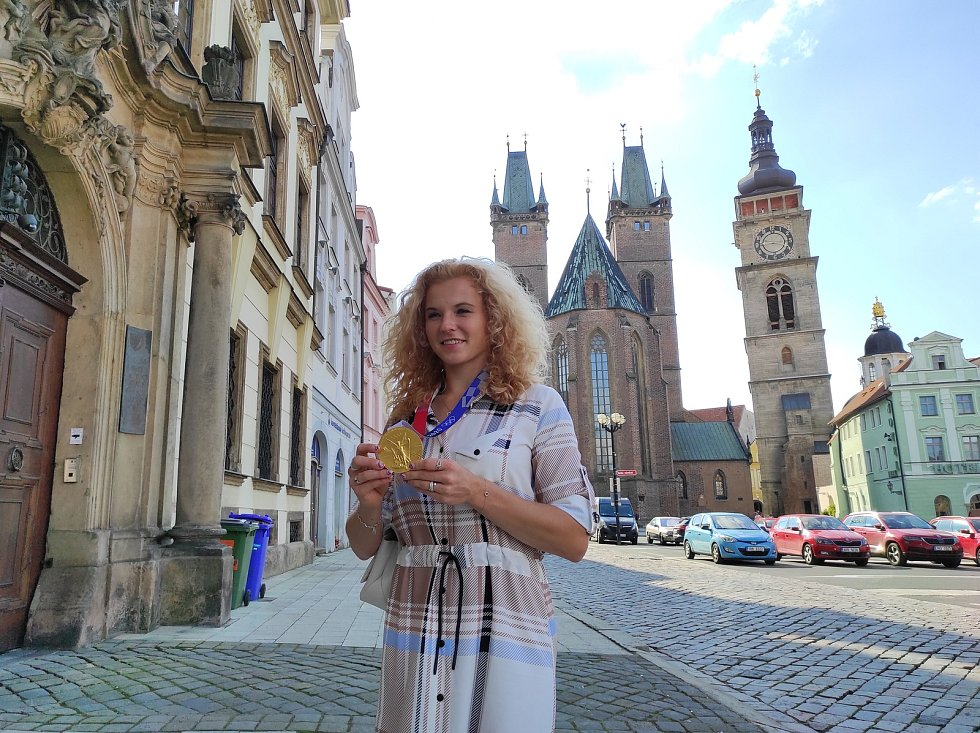 Tři roky po triumfu ve Fed Cupu se Kateřina Siniaková přijela do rodného Hradce pochlubit i s olympijskou medailí.