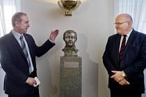 Při příležitosti 21. výročí úmrtí Karla Kryla instalovali 11. března v prostorách poslaneckého klubu KDU-ČSL v Praze bustu tohoto legendárního písničkáře.